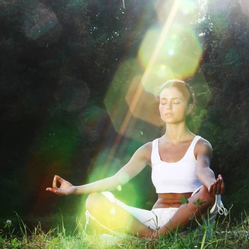 mujer-meditando-luz
